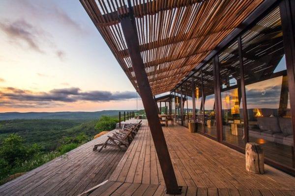 Utsikten från lodgen Rhino Ridge i solnedgång i Hluhluwe-Imfolozi-reservatet i KwaZulu-Natal