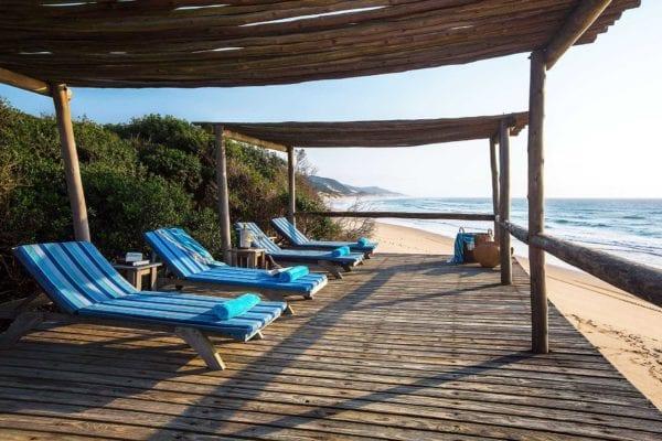 Tomma, blåa solstolar på Thonga Beach Lodge Elephant coast i KwaZulu-Natal
