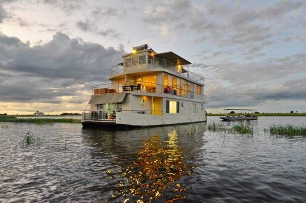 En av husbåtarna, Chobe Princess, i Chobefloden. Det går enkelt att kombinera en tre- eller fyradagarskryssning med ett besök vid Victoriafallen