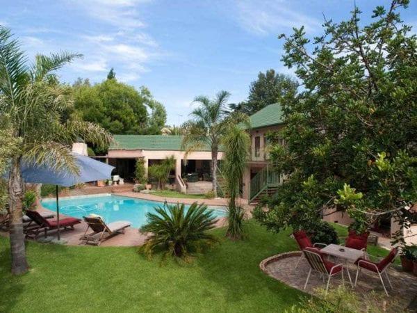 Poolen och trädgården på Claire's of Sandton, ett av våra mest populära gästhus i Johannesburg
