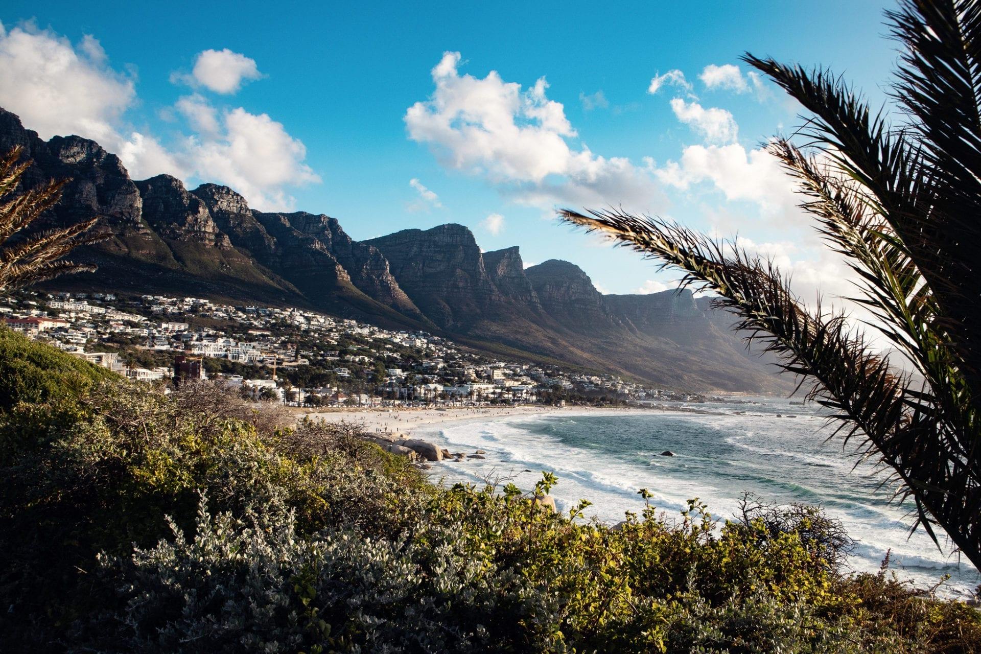 Bästa tiden att resa till Sydafrika och Camps Bay, här i skuggan av Taffelberget, är i slutet på januari