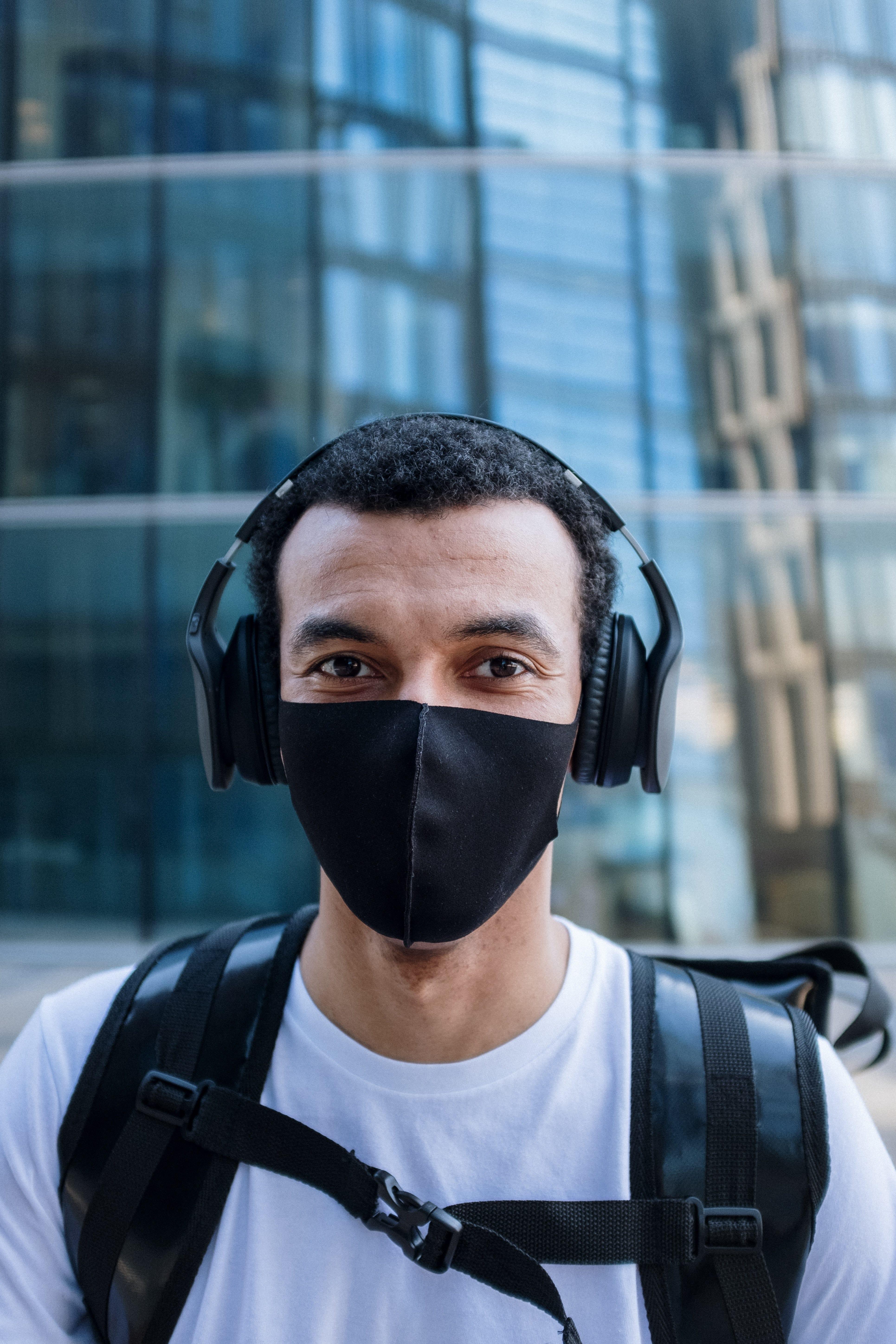 får man åka till Kenya? Ja, om du bär ansiktsmask på offentliga platser