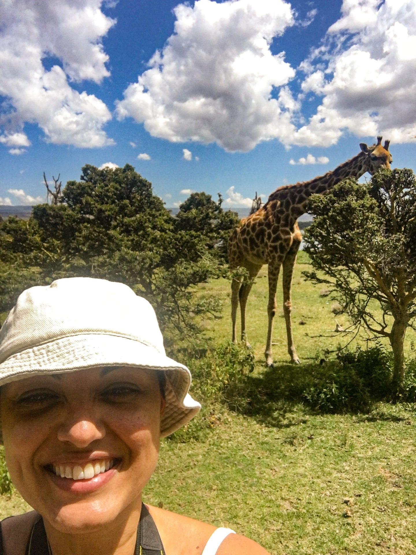 Dröm nu - res sen! Tina Sayed Nestius framför en giraff vill att du drömmer nu genom att boka en gratis resekonsultation med henne