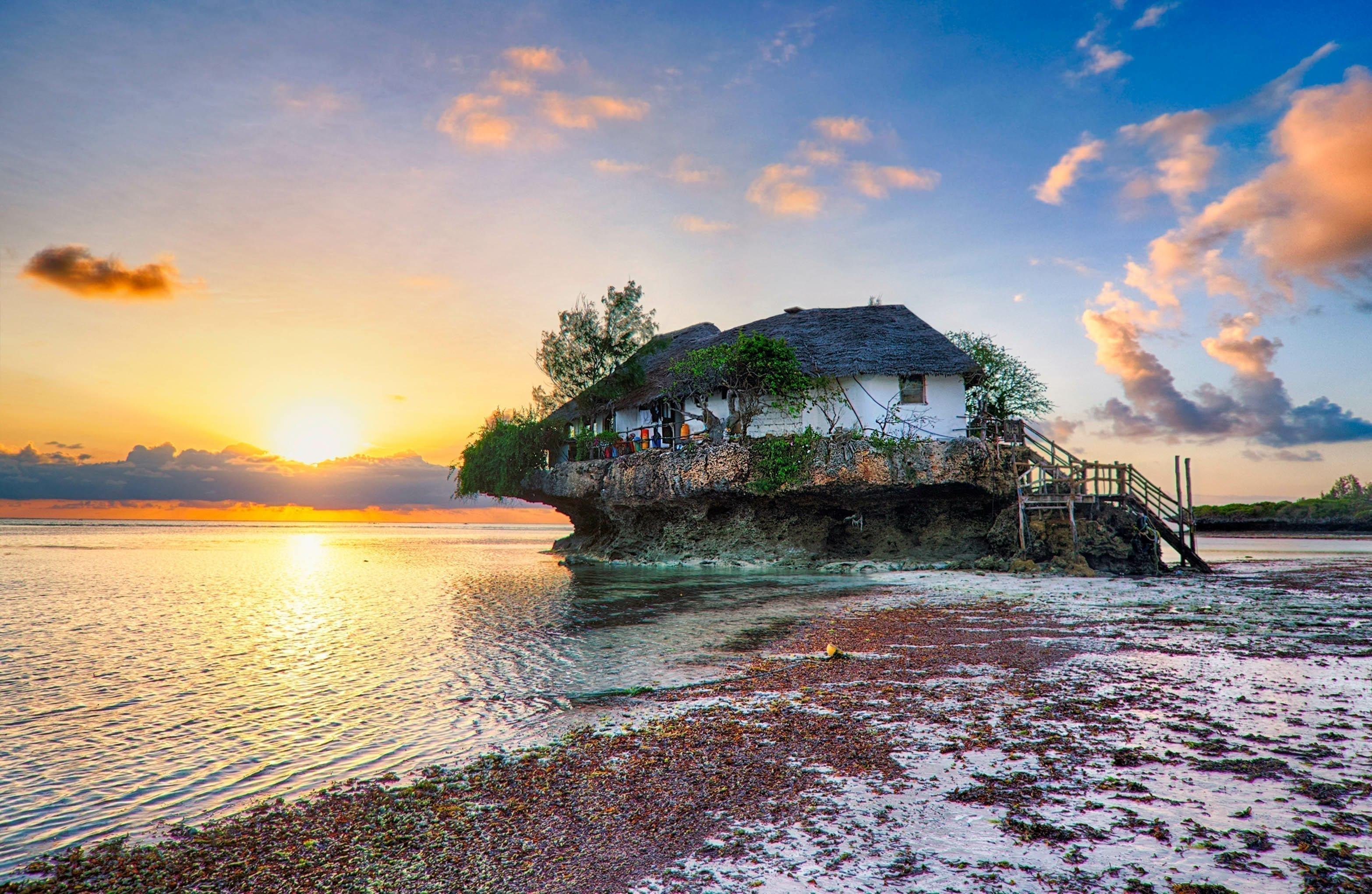 The Rock restaurant ligger bokstavligen på en sten i havet. Här med en fin soluppgång i bakgrunden