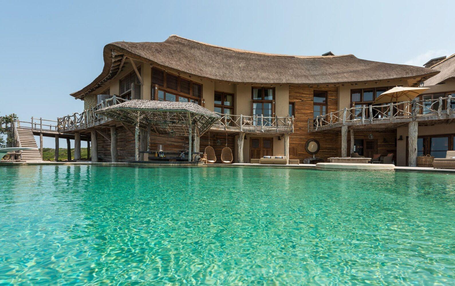 Att hyra en villa som den på bilden, framför poolen, är en av tre resetrender 2021 som förmodligen håller ännu längre än så