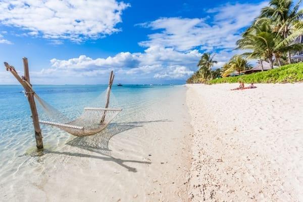 en hängmatta i ett azurblått hav, bredvid en härlig strand. Med Afrikakompaniet kan du boka precis den här typen av resa.