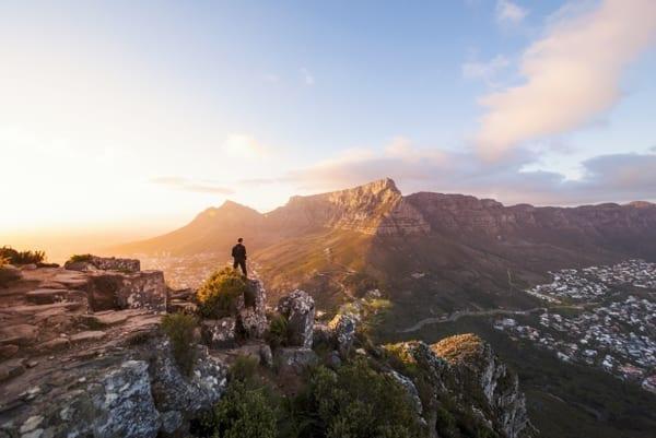 En man ser ner på Kapstaden från Lions Head. Afrikakompaniet skräddarsyr din resa till Sydafrika