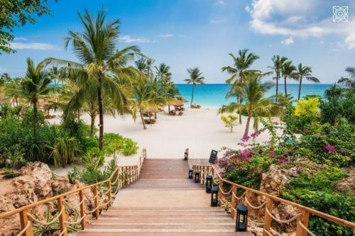 En trappa leder ner till en tropisk strand utanför boendet Zuri Zanzibar. Just nu är det rea på resor och på Zuri får du rabatt om ju längre vistelse du bokar.