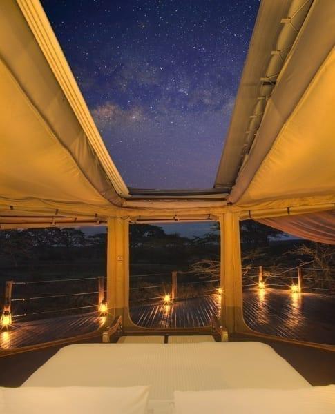 Stjärnhimlen syns i öppningen av tältet på Leopard Hill i Mara Naboisho. Taket på ditt tält har en fjärrkontroll med vilken du styr om du vill ha öppet eller stängt
