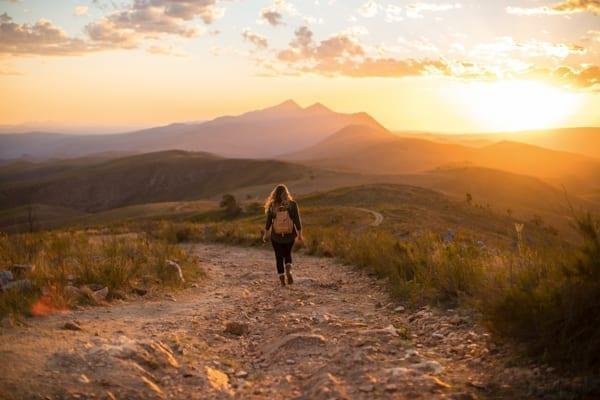Lyxa till semestern med glamping, slackpacking eller varför inte åka på workation? Den här kvinnan vandrar i solnedgången på Västra Kaphalvön.