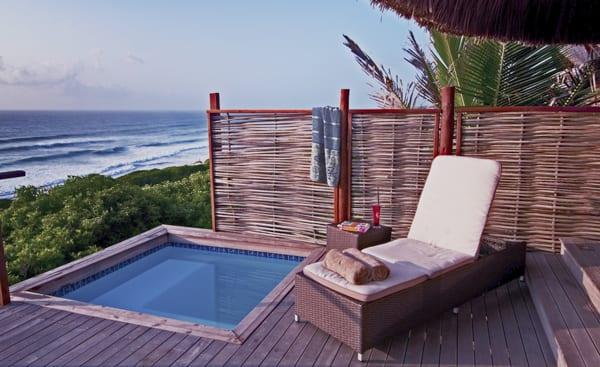 En solstol och privat pool med utsikt över havet. På Massinga Beach Lodge i Moçambique firar du din ultimata bröllopsresa i Afrika