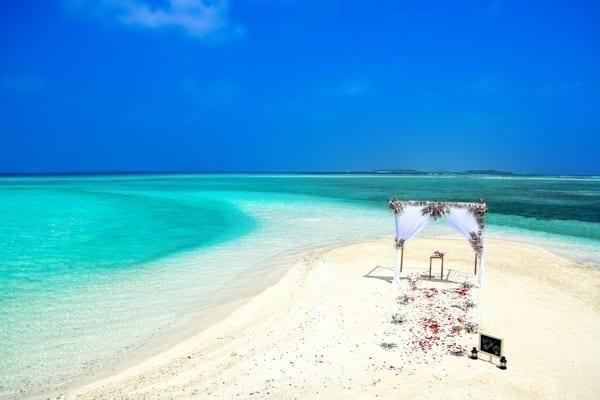 En öde strand med en enkel dekoration där ett par ska gifta sig i Afrika.
