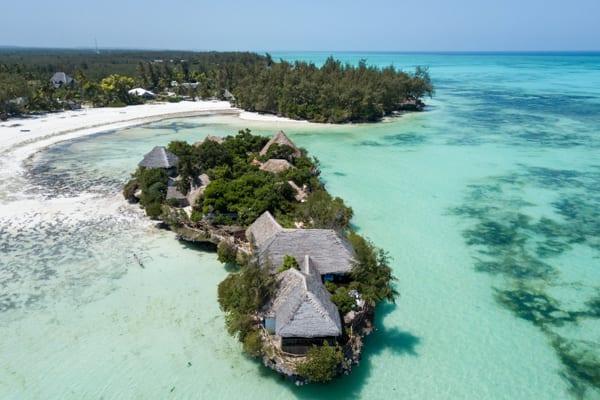 vyn ovanifrån på en ö utanför Zanzibar, där boendet the Island huserar - perfekt för en bröllopsresa i Afrika