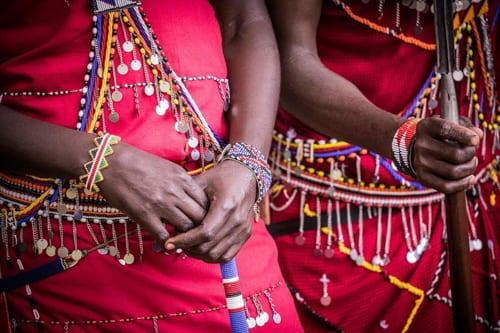 maasai utsmyckning på några unga maasaimän, något du kan se om du åker till afrika i covidtider