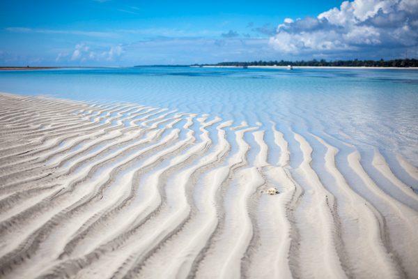 sandstrand och blått hav hittar du vare sig du väljer Tanzania eller Kenya för din semester