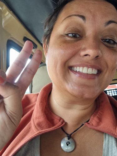 """Tina Sayed Nestius ler stort och gör ett """"V"""" med pekfinger och mittfinger"""