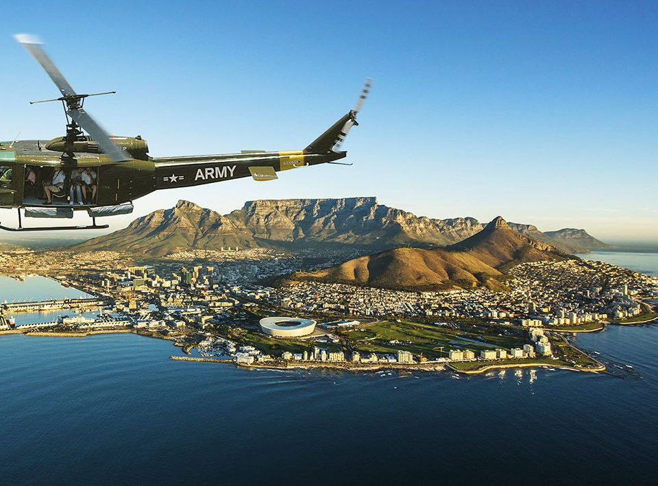 en helikopter cirkulerar runt Taffelberget och Kapstaden. Nu när UD avrådan Afrika hävs är detta möjligt att göra igen.